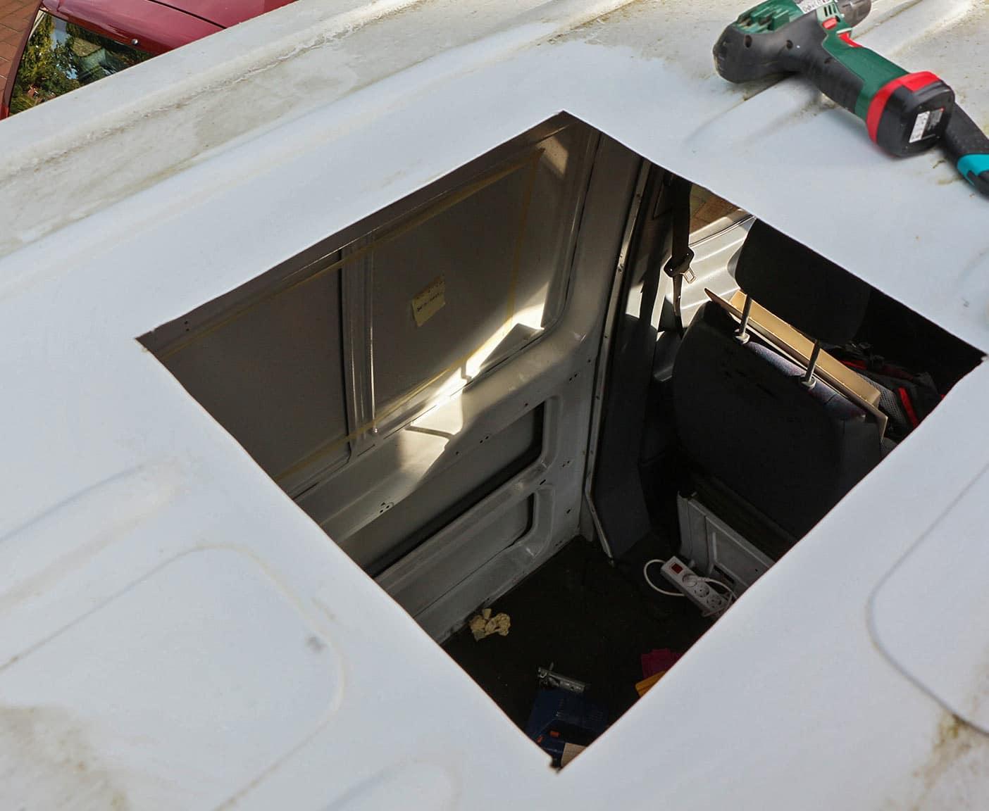 Loch für den Lukeneinbau mit der Sticksäge in das Wohnmobildach schneiden.