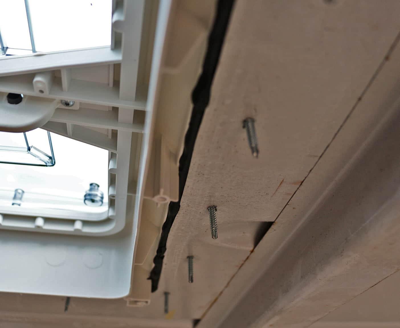 Blechschrauben verwenden - Dachluke selber einbauen Illustration